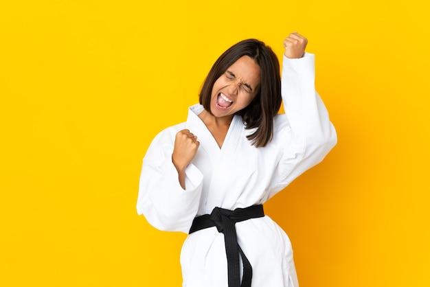Jonge vrouw die geïsoleerde karate doet