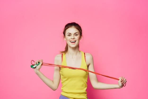 Jonge vrouw die geschiktheid thuis, training en yoga doet.