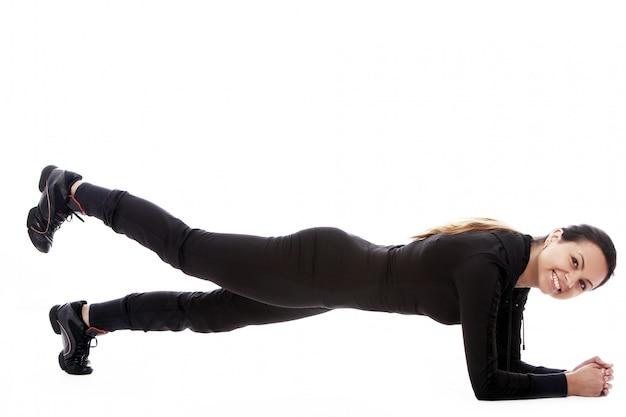 Jonge vrouw die geschiktheidsoefeningen doet