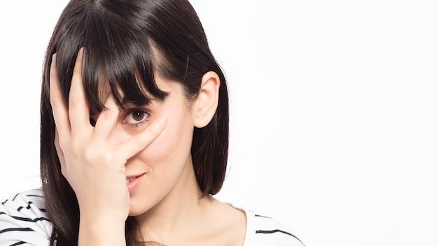 Jonge vrouw die gezicht behandelt