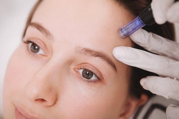 Jonge vrouw die gezichtsverzorging krijgt