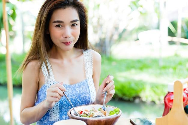 Jonge vrouw die gezond voedsel eet