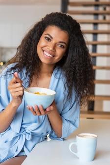 Jonge vrouw die granen eet