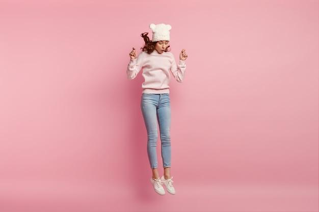 Jonge vrouw die grappige hoed draagt