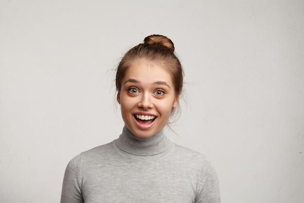 Jonge vrouw die grijze coltrui draagt