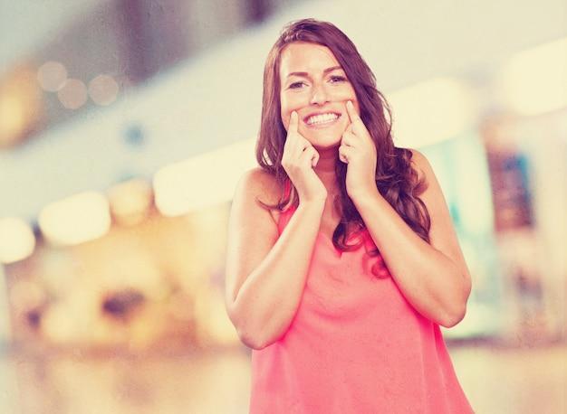 Jonge vrouw die haar glimlach