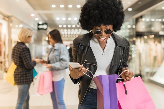 Jonge vrouw die haar het winkelen zak controleert