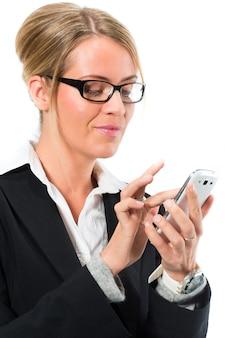 Jonge vrouw die haar mobiele telefoon voor het texting met behulp van