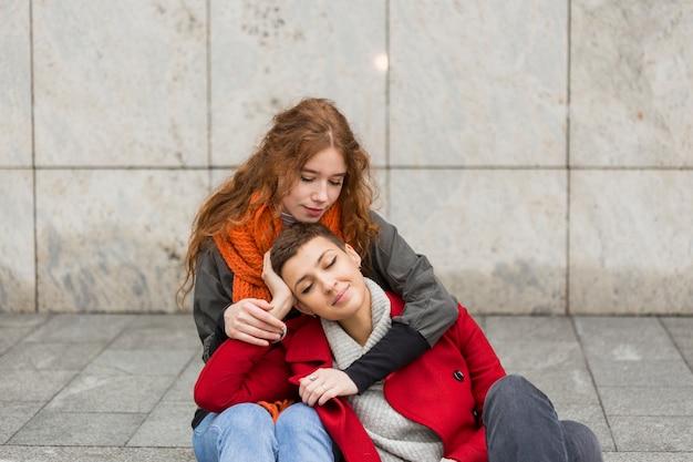 Jonge vrouw die haar partner houdt