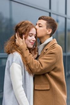 Jonge vrouw die haar partner kust
