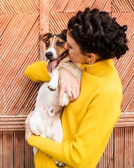 Jonge vrouw die haar puppy houdt