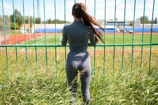 Jonge vrouw die haar training doet