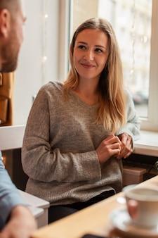 Jonge vrouw die haar vriend bekijkt