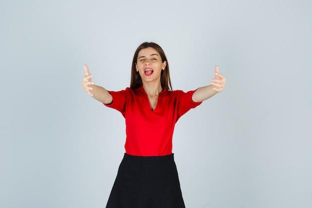 Jonge vrouw die handen uitrekt als iets vasthoudt