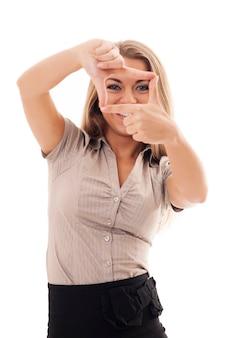 Jonge vrouw die handkader doet