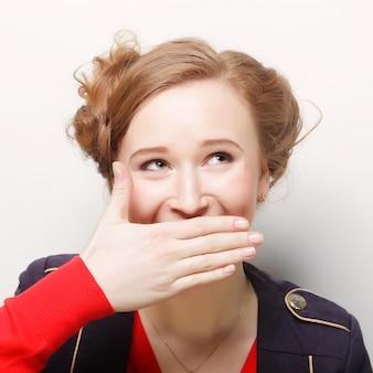 Jonge vrouw die het gezicht behandelt met haar hand