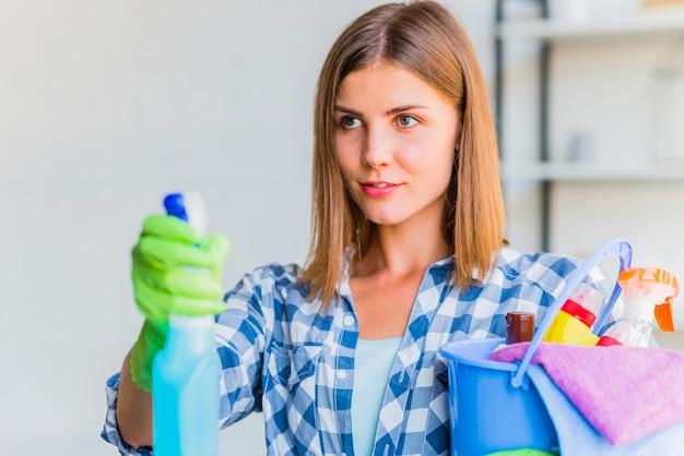 Jonge vrouw die het huis schoonmaakt