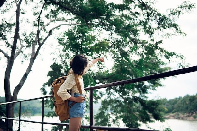 Jonge vrouw die het meer overweegt
