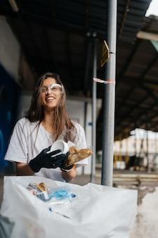 Jonge vrouw die huisvuil sorteert. concept van recycling. zero waste