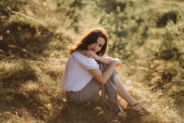 Jonge vrouw die in bos loopt