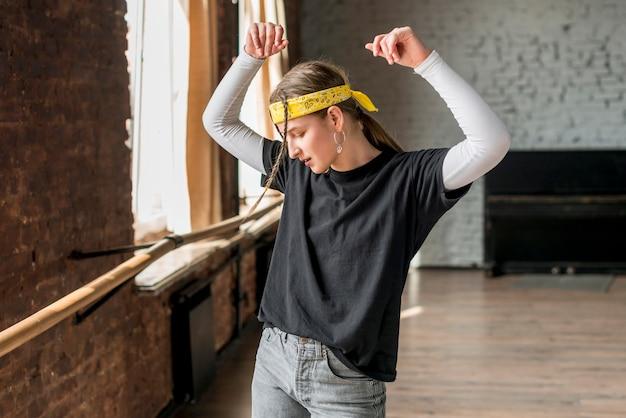 Jonge vrouw die in dansstudio danst