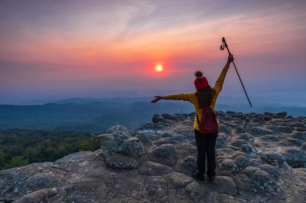 Jonge vrouw die in de bergen wandelt. Premium Foto