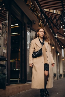 Jonge vrouw die in de straat loopt