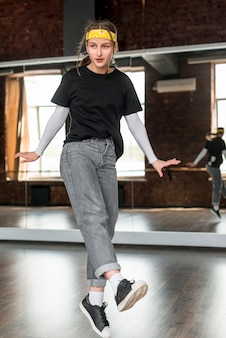Jonge vrouw die in de studio danst
