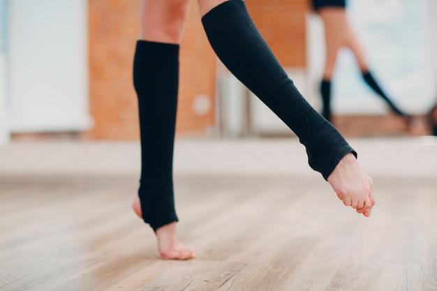 Jonge vrouw die in een dansstudio danst