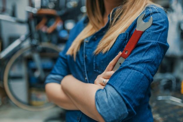 Jonge vrouw die in fabriek werkt