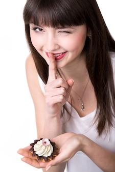 Jonge vrouw die in het geheim eet