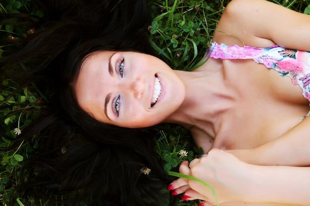 Jonge vrouw die in het park rust