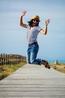 Jonge vrouw die in het platteland springt