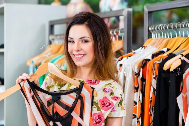 Jonge vrouw die in manierwarenhuis winkelt