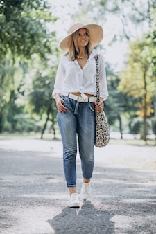 Jonge vrouw die in park loopt