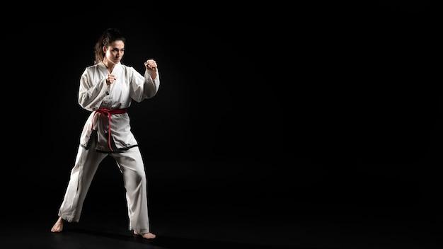 Jonge vrouw die karate doet