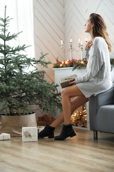 Jonge vrouw die kerstdag vieren
