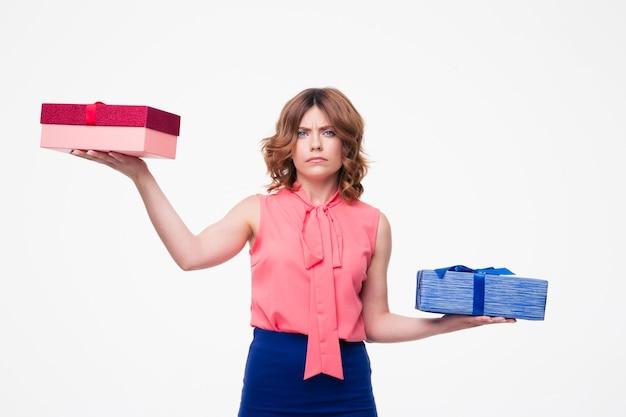 Jonge vrouw die keuze maakt tussen geschenken