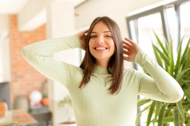 Jonge vrouw die lacht en zich ontspannen voelt, tevreden en zorgeloos, positief en huiveringwekkend lacht
