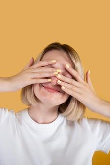 Jonge vrouw die lacht geïsoleerd op geel