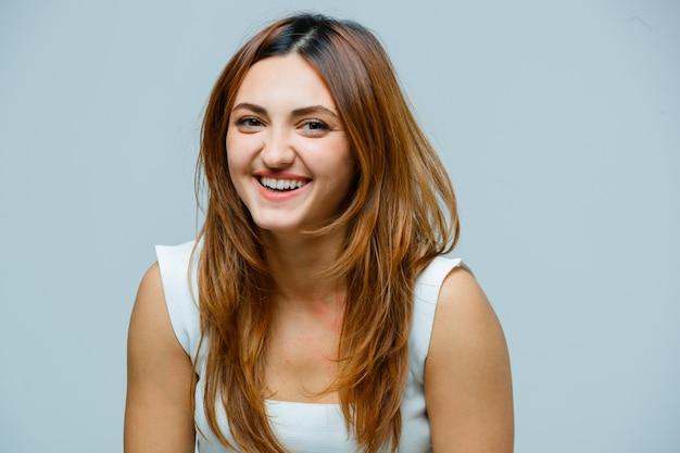 Jonge vrouw die lacht