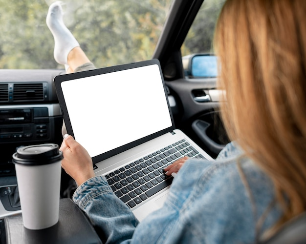 Jonge vrouw die laptop doorbladert