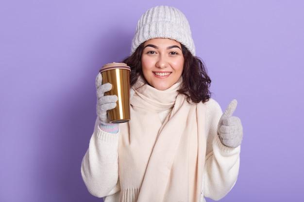 Jonge vrouw die lichtrose sjaal draagt
