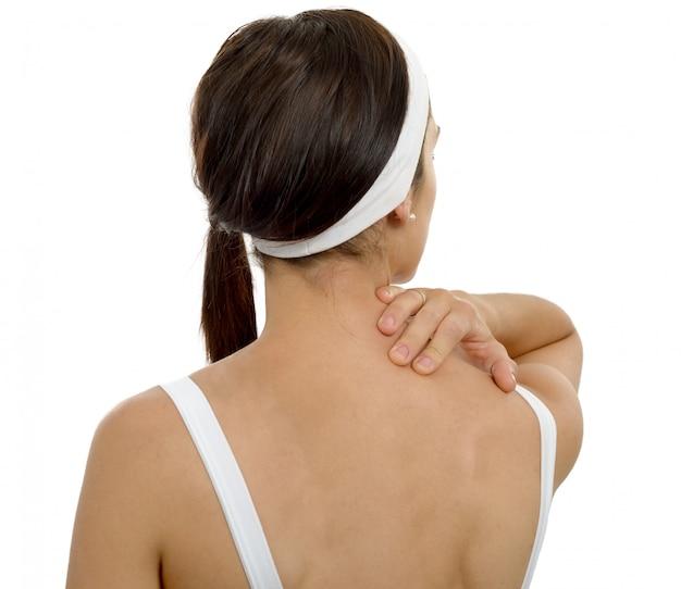 Jonge vrouw die lijden aan pijn in de schouder