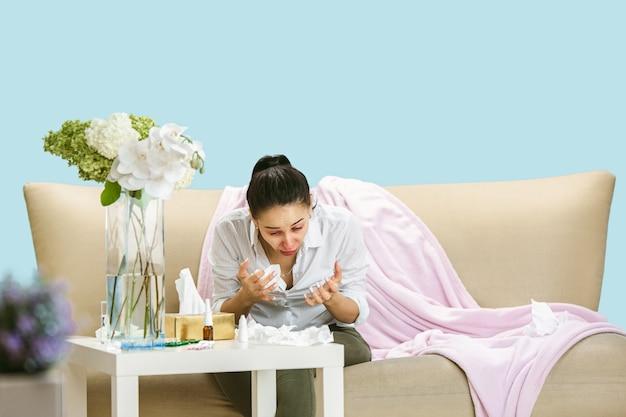Jonge vrouw die lijdt aan huisstofmijt of seizoensgebonden allergie.
