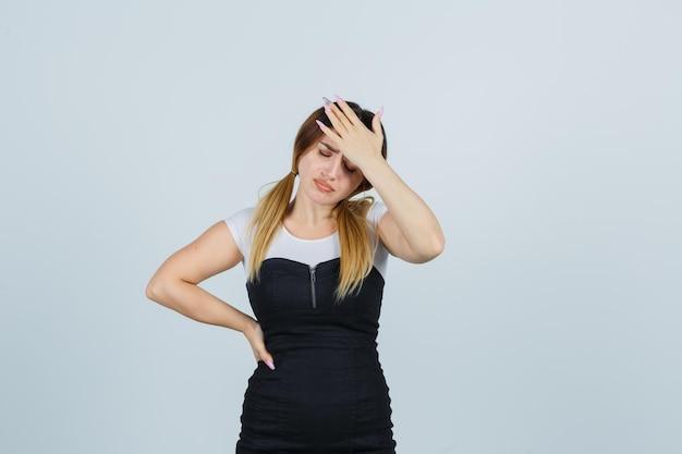 Jonge vrouw die lijdt aan sterke hoofdpijn