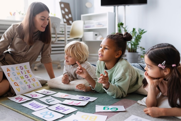 Jonge vrouw die logopedie met kinderen doet
