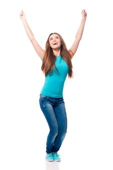 Jonge vrouw die manierglazen het juichen draagt