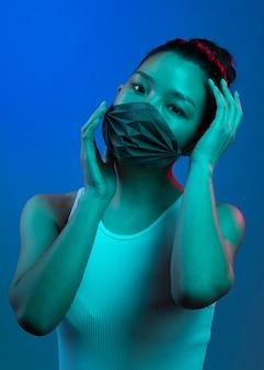 Jonge vrouw die masker draagt