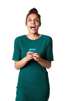 Jonge vrouw die met cellphone lacht